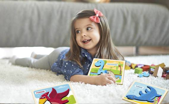 Normal_little-girl-playing-with-toys-living-room_01