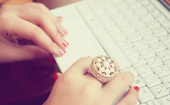 Normal_fashion-laptop-mac-nails-ring-favim.com-59811_large