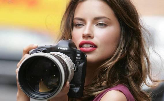 Normal_devushka_s_fotoapparatom-1280x800